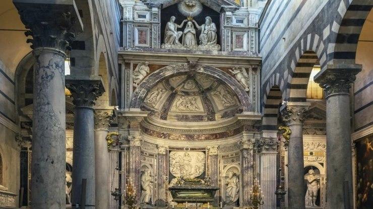 Соборная кафедра, украшенная резьбой итальянских мастеров