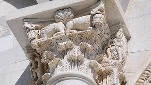 Декоративная скульптурная композиция на фасаде здания