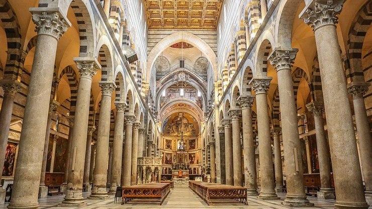 Внутри собора присутствуют различные произведения искусства итальянских мастеров