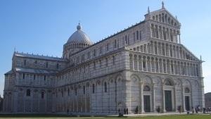 Кафедральный собор на площади в центре Пизы