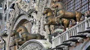 Четвёрка бронзовых коней на лоджии