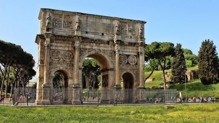 Трёхпролетное сооружение между Колизеем и Палатином