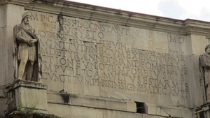 Единственная надпись на трёхпролётной арке