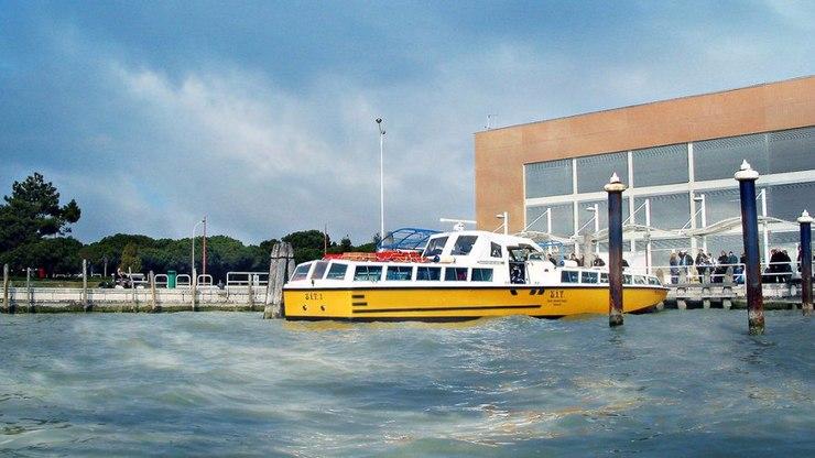 Водный транспорт может довезти из аэропорта в город