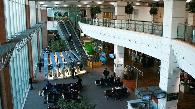 Залы ожидания и комнаты отдыха внутри здания аэровокзала