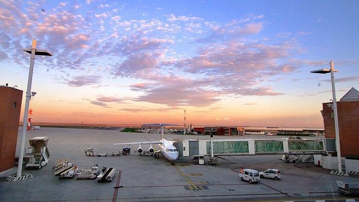 Вид на взлётно-посадочную полосу в венецианском аэропорту