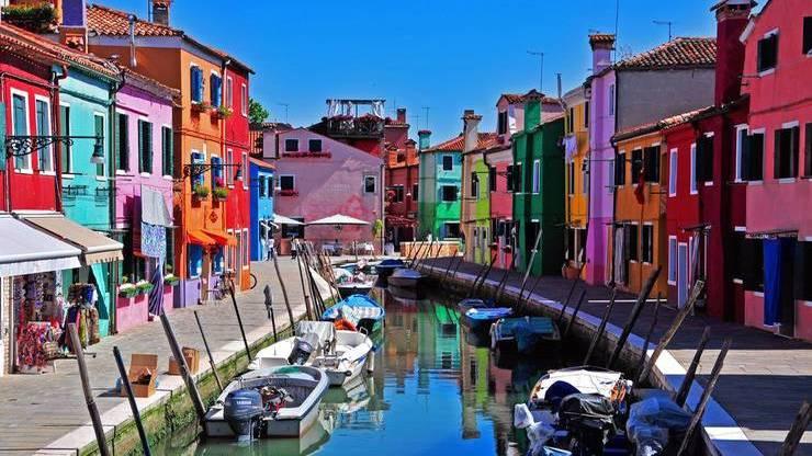 Разноцветные домики возле канала