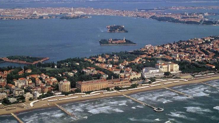 Цепочка песчаных островов, отделяющих Венецианскую лагуну от Адриатики