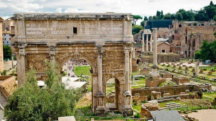Арка Септимия Севера украшена многочисленными барельефами и узорами