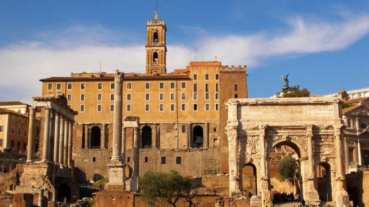 Рядом с дворцом на форуме сохранились развалины арки и несколько колонн