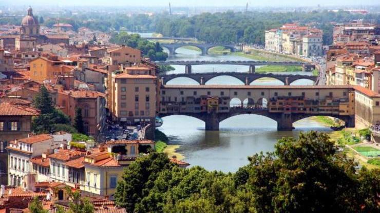 Мост Понте Веккьо над рекой Арно также является культурным достоянием Флоренции наряду с дворцами, галереями и музеями